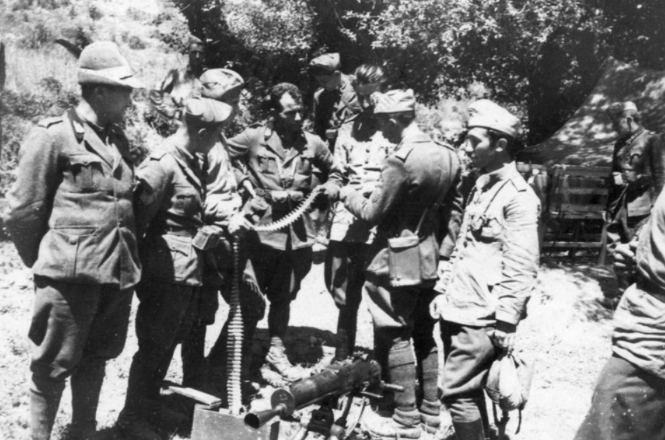 Italian and Bulgarian soldiers on the Albanian border